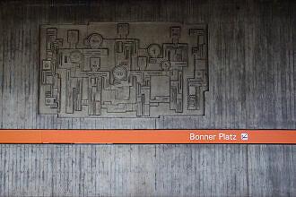 Wandrelief von Christine Stadler im U-Bahnhof Bonner Platz