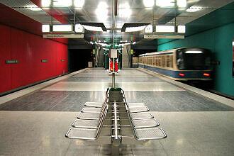 Ausfahrender B-Wagen im U-Bahnhof Wettersteinplatz