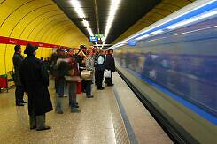 Einfahrender C-Zug im U-Bahnhof Sendlinger Tor