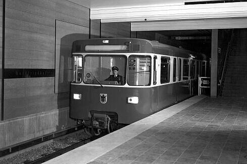 Vorstellung des ersten neuen U-Bahn-Wagens (noch ohne Nummer) im U-Bahnhof Alte Heide (noch Nordfriedhof) 1967