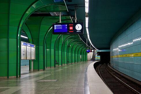 Aufzug am nordöstlichen Bahnsteigende des U-Bahnhofs Böhmerwaldplatz
