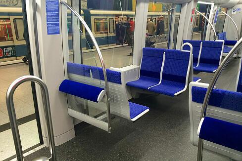 Innenraum eines Mittelwagens im C2-Zug