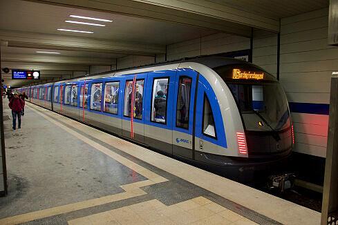 C2-Zug 702 im Bahnhof Alte Heide