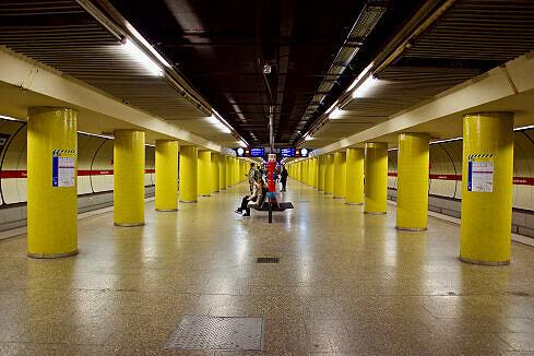 Bahnsteighalle des U-Bahnhofs Fraunhoferstraße