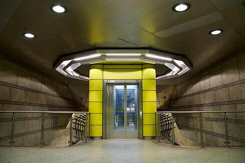 Aufzug im Sperrengeschoss des U-Bahnhofs Großhadern