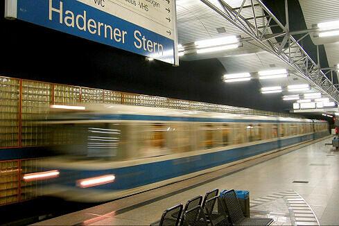 Einfahrender A-Wagen im Bahnhof Haderner Stern
