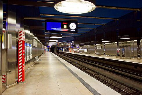 Abfahrbereiter C-Zug am Olympia-Einkaufszentrum