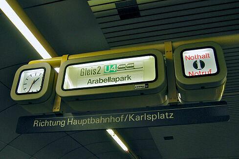 Zugzielanzeiger im Bahnhof Schwanthalerhöhe