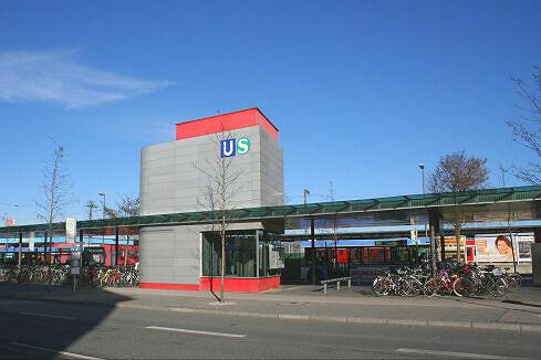 Busbahnhof und Lift zum U- und S-Bahnhof Trudering