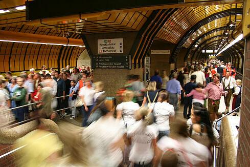 U-Bahnhof Theresienwiese während des Oktoberfestes