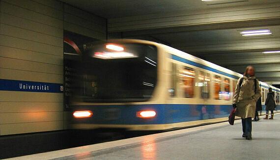 Einfahrender B-Wagen im Bahnhof Universität