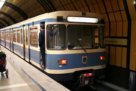 A-Wagen 101 im U-Bahnhof Theresienwiese