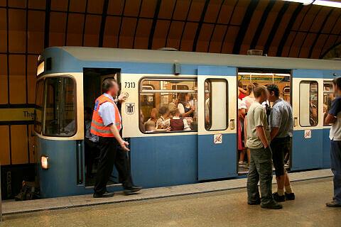 A-Wagen 313 wird im U-Bahnhof Theresienwiese abgefertigt