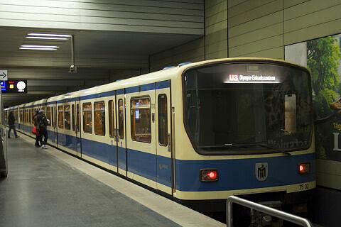 B-Wagen 502 im U-Bahnhof Universität