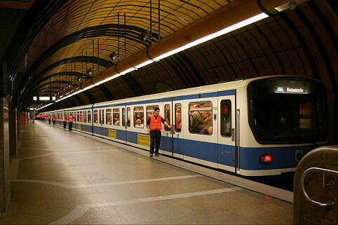 B-Wagen 509 im U-Bahnhof Theresienwiese während der Wiesn