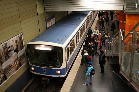 B-Wagen 514 im Bahnhof Universität