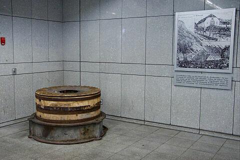 Mühlstein im U-Bahnhof Brudermühlstraße