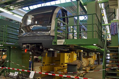 C-Zug 607 auf der Hebebühne in der Hauptwerkstätte