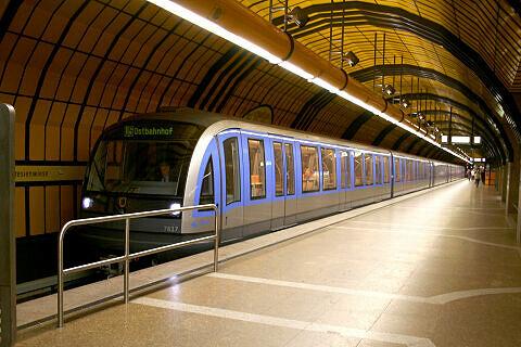 C-Zug 617 als Wiesn-Express im Bahnhof Theresienwiese