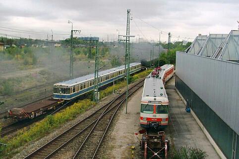 420 001 der Münchner S-Bahn trifft A-Wagen der MVG
