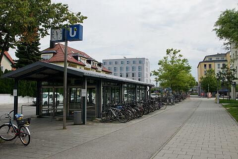 Zugang zum U-Bahnhof Feldmoching vom Busbahnhof aus