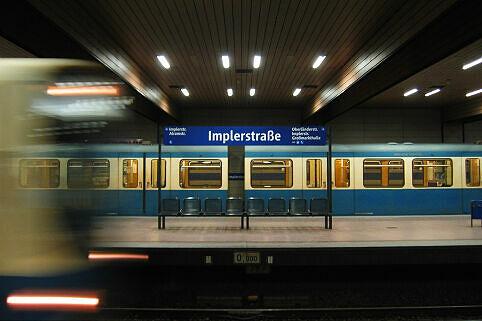 Wartender A- und einfahrender B-Wagen im Bahnhof Implerstraße