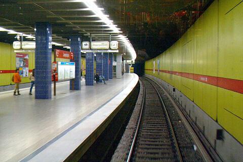 Einfahrt in den U-Bahnhof Josephplatz