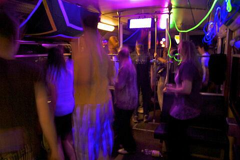 Fahrt in der Party-U-Bahn: die Tanzfläche