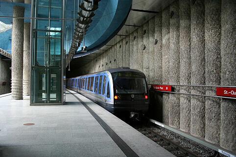St.-Quirin-Platz mit ausfahrendem C-Zug
