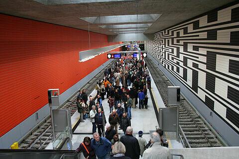 Großer Andrang im neu eröffneten U-Bahnhof Oberwiesenfeld