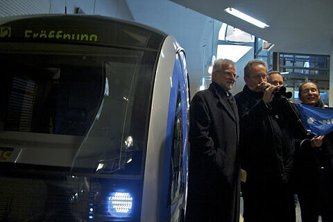 Eröffnungszug in Moosach mit OB Ude und MVG-Chef König